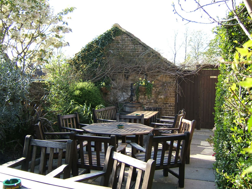 Patio seating area outdoors - The Old Crown Pub Weybridge Surrey